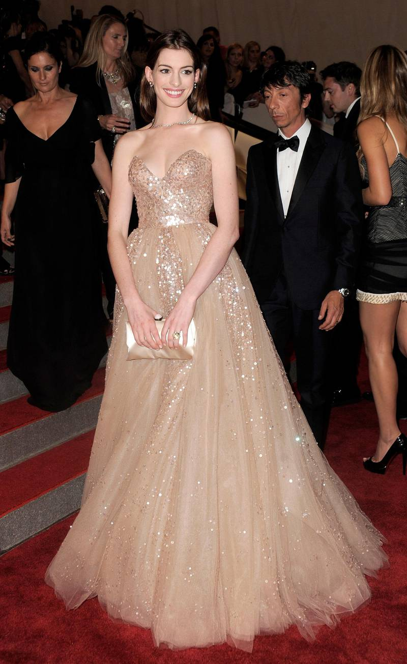epa02141922 Actress Anne Hathaway, of the US arrives for the Metropolitian Museum of Art's Costume Institute Benefit gala in New York, New York, USA, on 03 May 2010.  EPA/JUSTIN LANE