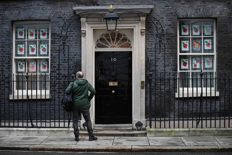 TOPSHOT - Number 10 special advisor Dominic Cummings waits to be admitted to 10 Downing Street in London on November 10, 2020.  The British government suffered a fresh Brexit setback in parliament late on Monday over controversial legislation that would have allowed it to override parts of the country's EU divorce treaty. / AFP / JUSTIN TALLIS
