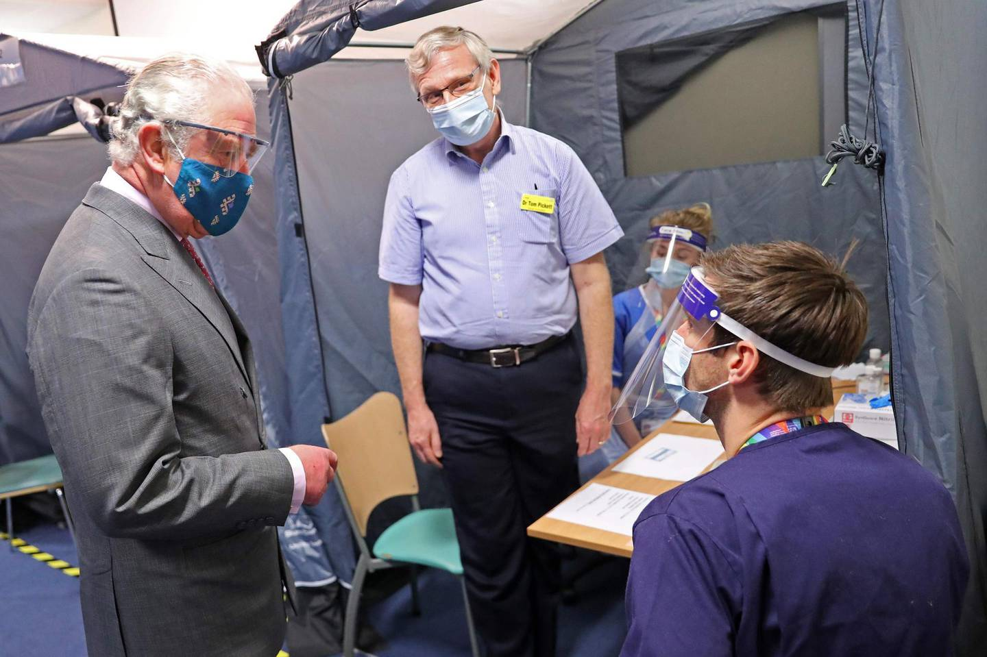 Britain's Prince Charles, Prince of Wales (R) meets with NHS staff involved in the vaccination programme during a visit to the Gloucestershire Vaccination Centre at Gloucestershire Royal Hospital on December 17, 2020 in Gloucester, central England / AFP / POOL / Chris Jackson