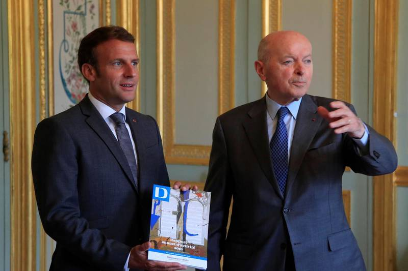 French President Emmanuel Macron (L) poses with the annual report handle by French Defender of the Rights Jacques Toubon (R) during a meeting at the Elysee Palace, in Paris,  on June 15, 2020. / AFP / POOL / Michel Euler