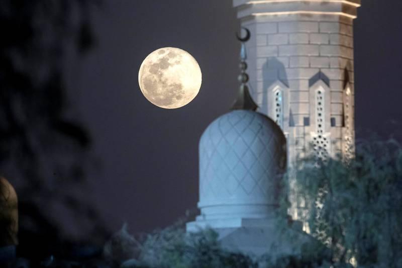DUBAI, UNITED ARAB EMIRATES. 08 APRIL 2020. super Moon in Dubai. (Photo: Antonie Robertson/The National) Journalist: Standalone. Section: National.