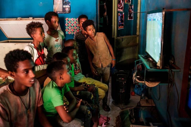 Children play video games in a shop in Dansha, Ethiopia, on November 25, 2020. / AFP / EDUARDO SOTERAS