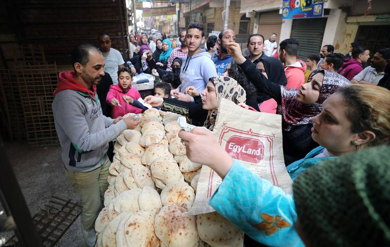 epa08341826 Egyptians throng to buy bread from a bakery in the Shobra district of Cairo, Egypt, 03 April 2020.  Egyptian authorities have imposed a two-week-long curfew, starting on 25 March, during which all public transportation in the city is suspended due to the ongoing pandemic of the Covid-19 disease caused by the SARS-CoV-2 coronavirus.  EPA/KHALED ELFIQI