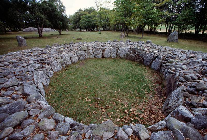 UNITED KINGDOM - CIRCA 2003: Clava Cairns, circular chamber tomb cairn from the Bronze Age, Balnuaran of Clava, Scotland, United Kingdom. (Photo by DeAgostini/Getty Images)