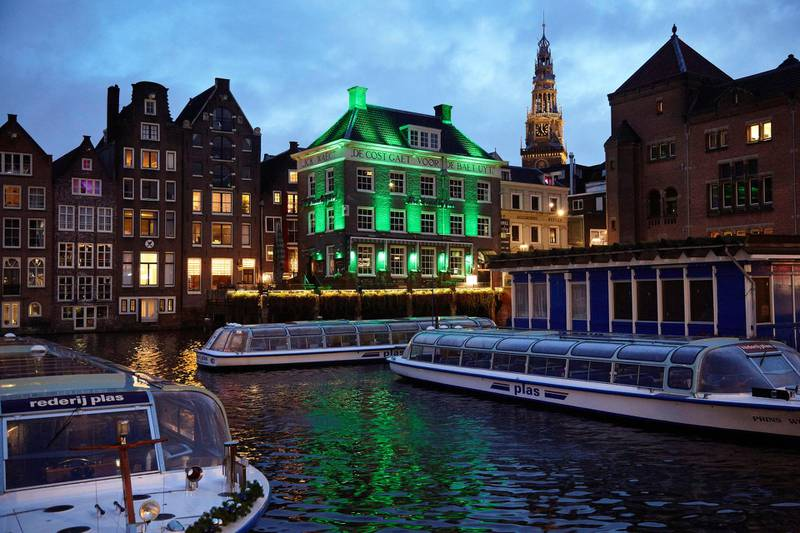 AMSTERDAM, NETHERLANDS - DECEMBER 01: Tourist boats on December 1, 2020 in Amsterdam, Netherlands. As of December 1st, face masks become compulsory in all indoor public places in The Netherlands, following pressure from the public and MPs, as infection cases reached half a million last week. (Photo by Pierre Crom/Getty Images)