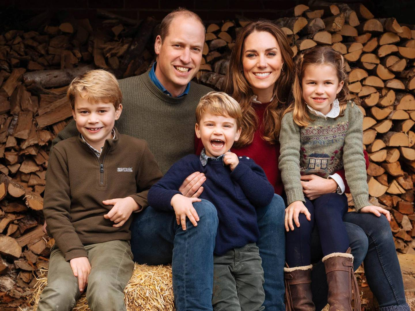 epa08889438 A handout photo made available by Kensington Palace of the 2020 Christmas card of the Duke and Duchess of Cambridge which features an image taken in the autumn by photographer Matt Porteous showing the Duke and Duchess with their three children Prince George (left), Princess Charlotte (right) and Prince Louis at Anmer Hall in Norfolk.   NOTE TO EDITORS: This handout photo may only be used in for editorial reporting purposes for the contemporaneous illustration of events, things or the people in the image or facts mentioned in the caption. Reuse of the picture may require further permission from the copyright holder.  EPA/Matt Porteous / KENSINGTON PALACE /HANDOUT THIS IMAGE IS PROVIDED FOR FREE EDITORIAL USE UNTIL DECEMBER 31, 2021 WHEN IT MUST BE REMOVED FROM ALL SYSTEMS AND THOSE OF YOUR SUBSCRIBERS. USE OF THE IMAGE AFTER THIS DATE WILL REQUIRE PERMISSION FROM KENSINGTON PALACE. THIS PHOTOGRAPH IS STRICTLY FOR E HANDOUT EDITORIAL USE ONLY/NO SALES