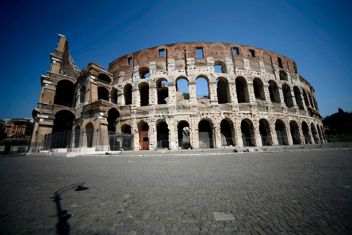 A general view shows a deserted area by the Coliseum monument in Rome on April 10, 2020 during the country's lockdown aimed at curbing the spread of the COVID-19 infection, caused by the novel coronavirus.  / AFP / Filippo MONTEFORTE