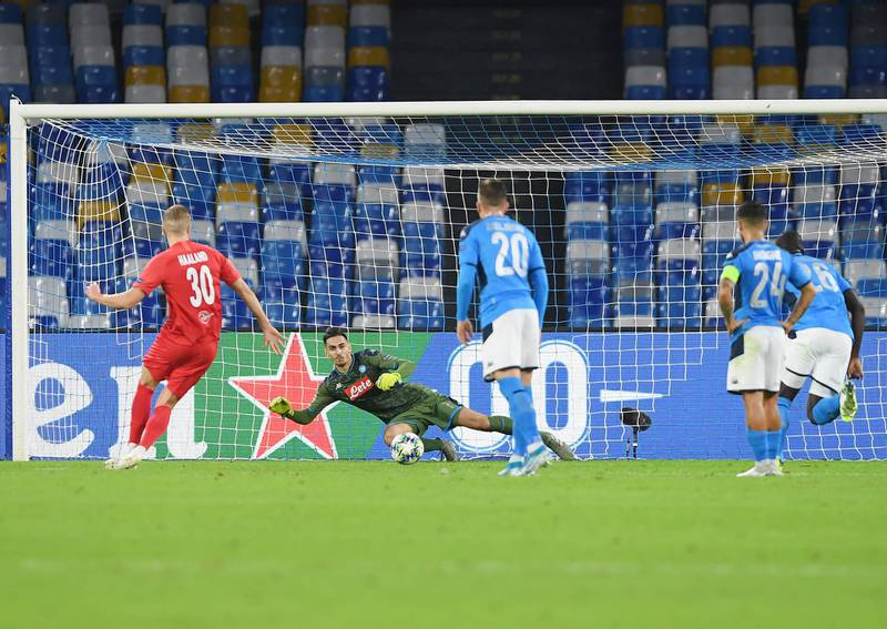 NAPLES, ITALY - NOVEMBER 05: Erling Braut Haaland of RB Salzburg scores the 0-1 goal during the UEFA Champions League group E match between SSC Napoli and RB Salzburg at Stadio San Paolo on November 05, 2019 in Naples, Italy. (Photo by Francesco Pecoraro/Getty Images)