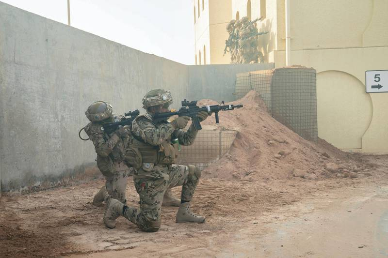 AL DHAFRA REGION, ABU DHABI, UNITED ARAB EMIRATES - June 26, 2019: Members of the UAE Armed Forces and the Jordanian Armed Forces participate in the joint military drill, Titled 'Bonds of Strength', at Al Hamra Camp.  ( Hamad Al Mansouri for Ministry of Presidential Affairs ) ---