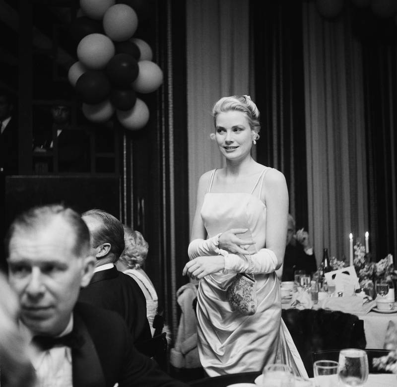 American actress Grace Kelly (1929 - 1982) attends the Academy Awards at the Pantages Theatre in Hollywood, California, 30th March 1955.   (Photo by Earl Leaf/Michael Ochs Archives/Getty Images)