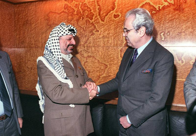 Palestinian Liberation Organization (PLO) leader Yasser Arafat (L) meets with United Nations General Secretary Javier Perez de Cuellar, 14 December 1988, in Geneva, in second day of meeting on Palestine question at UN European headquarters in Palace of Nations. (Photo by DERRICK CEYRAC / AFP)