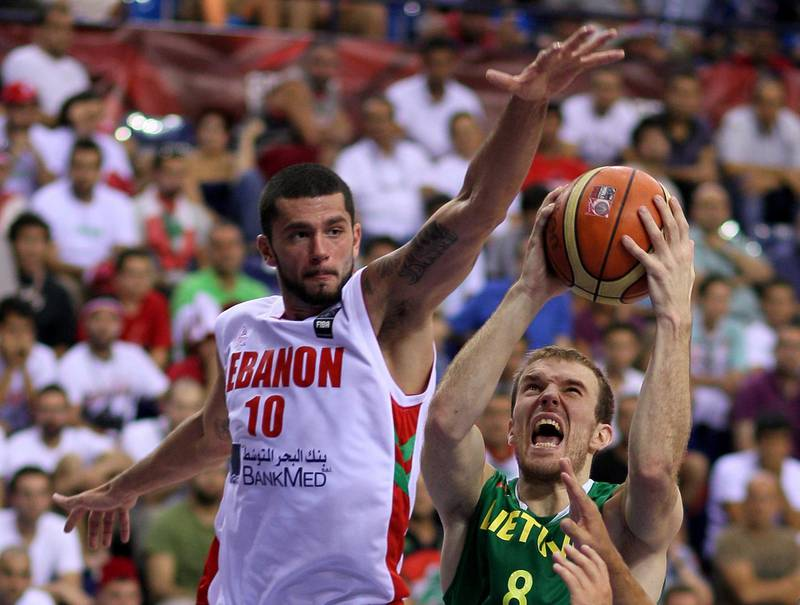 epa02312981 Lithuania's Martynas Gecevicius (R) pressures Lebanon's Ali Kanaan (L) during their FIBA World Basketball championship preliminary round match at Halkapinar arena in Izmir, Turkey, 02 September 2010.  EPA/ROBERT GHEMENT