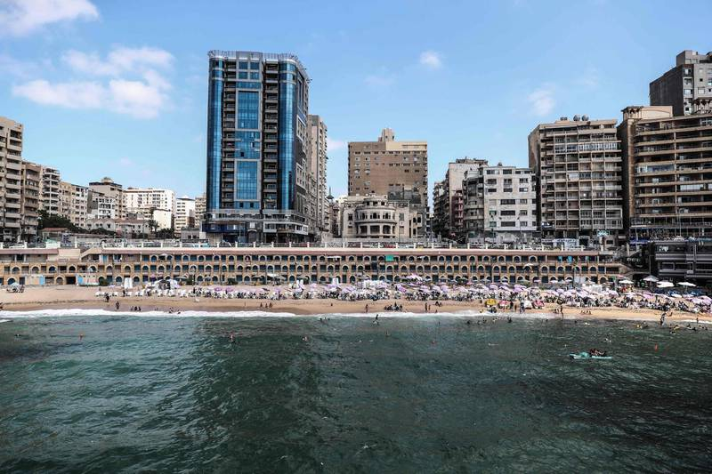 Egyptians bathe during summer vacations at a popular beach in the city of Alexandria, on August 01, 2019.  / AFP / Mohamed el-Shahed