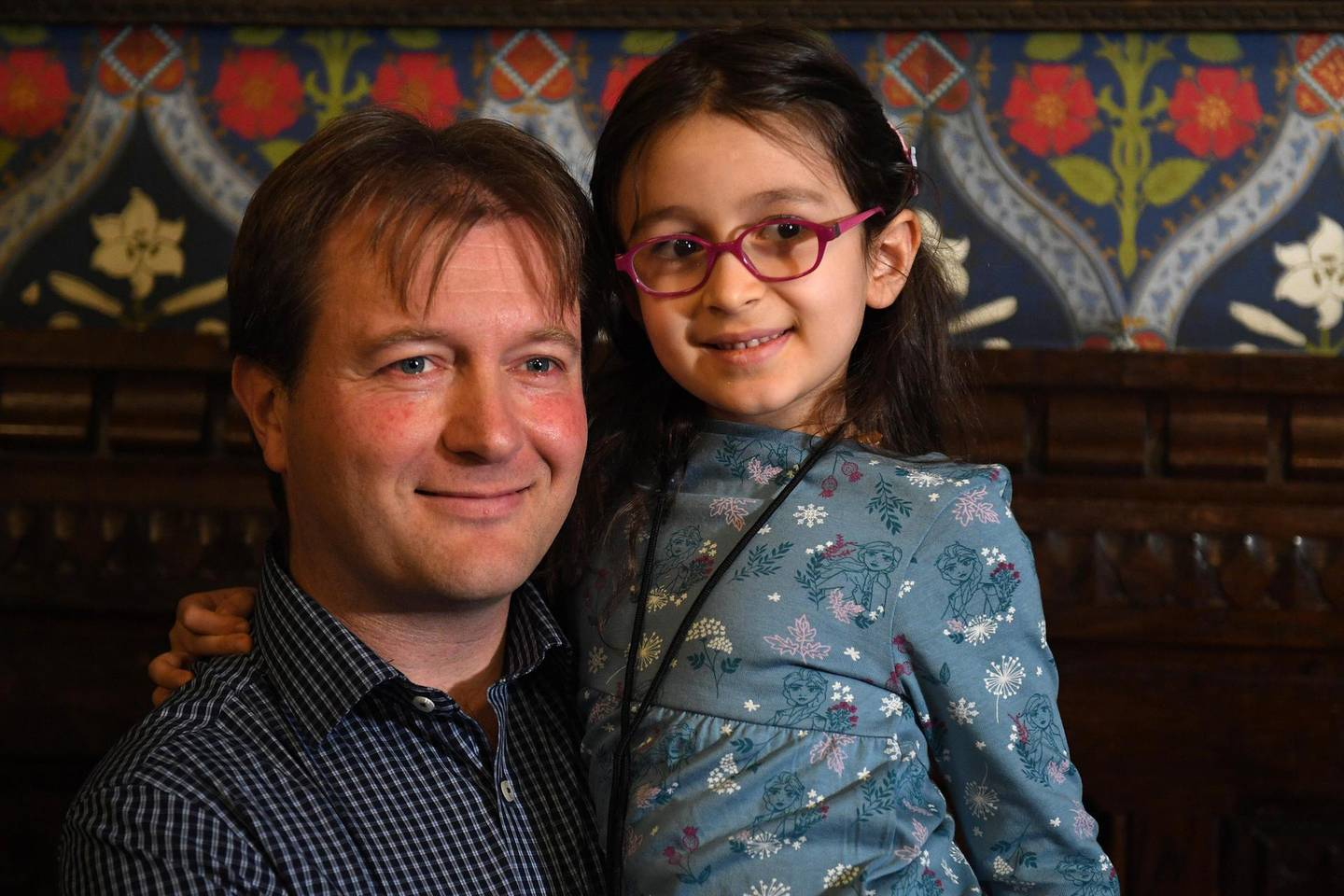 """Richard Ratcliffe, husband of British-Iranian aid worker Nazanin Zaghari-Ratcliffe jailed in Tehran since 2016, holds his daughter Gabriella during a news conference in London, on October 11, 2019. - The five-year-old daughter of a British-Iranian woman jailed in Tehran since 2016 has arrived back in Britain, her father said Friday, after making the """"bittersweet"""" decision to bring her home. (Photo by DANIEL LEAL-OLIVAS / AFP)"""