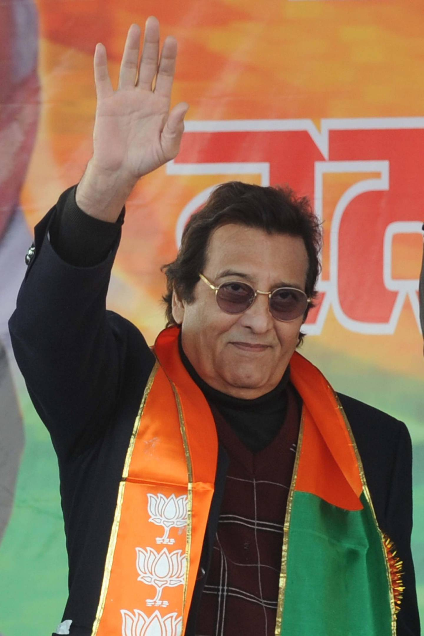 Indian Bollywood actor and Bhartiya Janata Party (BJP) leader  Vinod Khanna (C) waves during a BJP rally at Rama Mandi in Jalandhar on December 24, 2011. The principal opposition party of India, the BJP, organised an election rally ahead of assembly elections in five states. AFP PHOTO/ NARINDER NANU (Photo by NARINDER NANU / AFP)