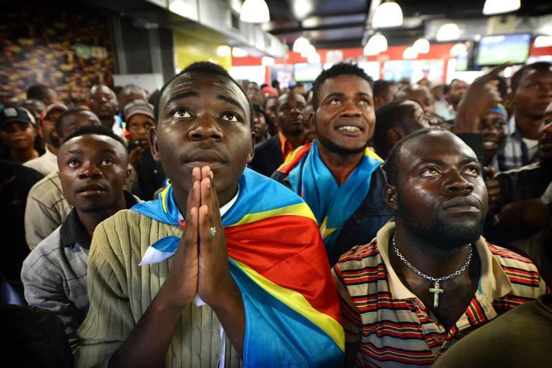 NOT FOR RESALE JOHANNESBURG - 20130120 - Congo-supporter Lubina Shakesperare (links), vriend van Avsene Banza, kijkt in spanning naar de Afcon wedstrijd Congo-Ghana in Yeoville, Johannesburg. Photo: Bram Lammers  NOT FOR RESALE. COPYRIGHT BRAM LAMMERS PHOTOGRAPHY