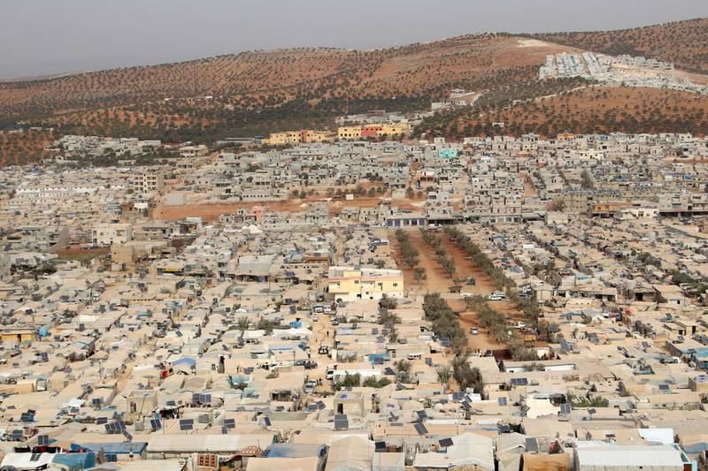 This picture shows a general view of an overcrowded displacement camp near the village of Qah near the Turkish border in Syria's northwestern Idlib province, on October 28, 2020, during the novel coronavirus pandemic crisis. - Humanitarian workers fear any further rise in novel coronavirus cases would be disastrous in northwest Syria, where almost 1.5 million people live in overcrowded camps or shelters, after escaping the fighting during Syria's nine-year civil war, often with poor access to running water. (Photo by Ahmad al-ATRASH / AFP)