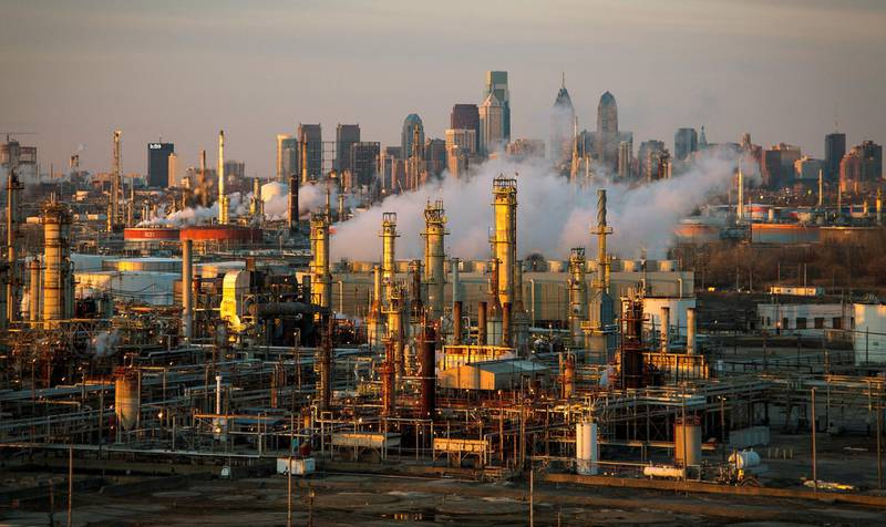 FILE PHOTO: The Philadelphia Energy Solutions oil refinery is seen at sunset in front of the Philadelphia skyline March 24, 2014. Picture taken March 24, 2014. REUTERS/David M. Parrott/File Photo