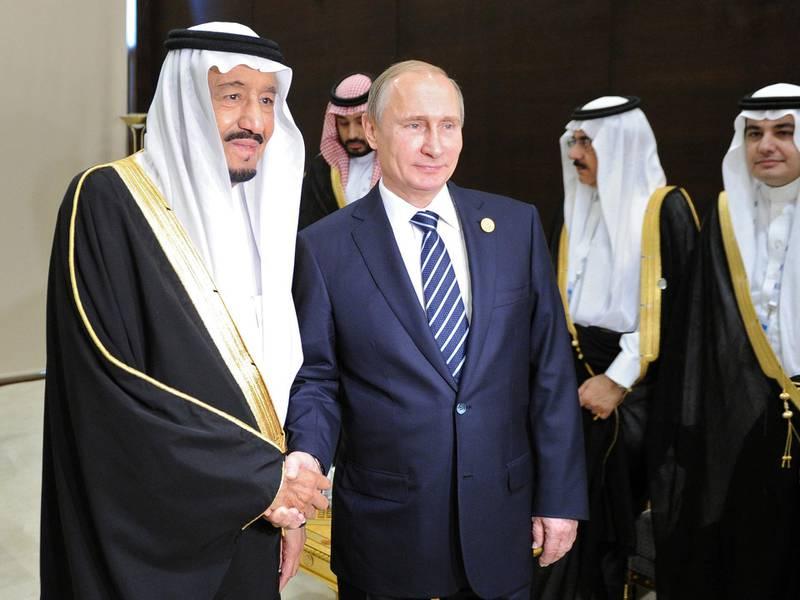 Russian President Vladimir Putin (C) shakes hands with Saudi King Salman bin Abdulaziz Al Saud during a meeting on the sidelines of the G20 summit in Antalya on November 16, 2015. AFP PHOTO / RIA NOVOSTI / MIKHAIL KLIMENTYEV / AFP PHOTO / RIA NOVOSTI / MIKHAIL KLIMENTYEV