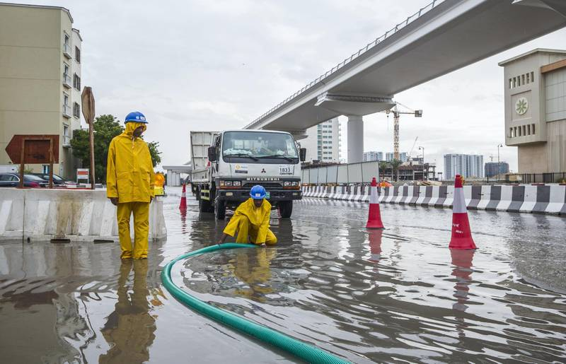 Dubai, United Arab Emirates- Workers sucking the flood out of the street in Discovery Gardens.  Leslie Pableo for The National