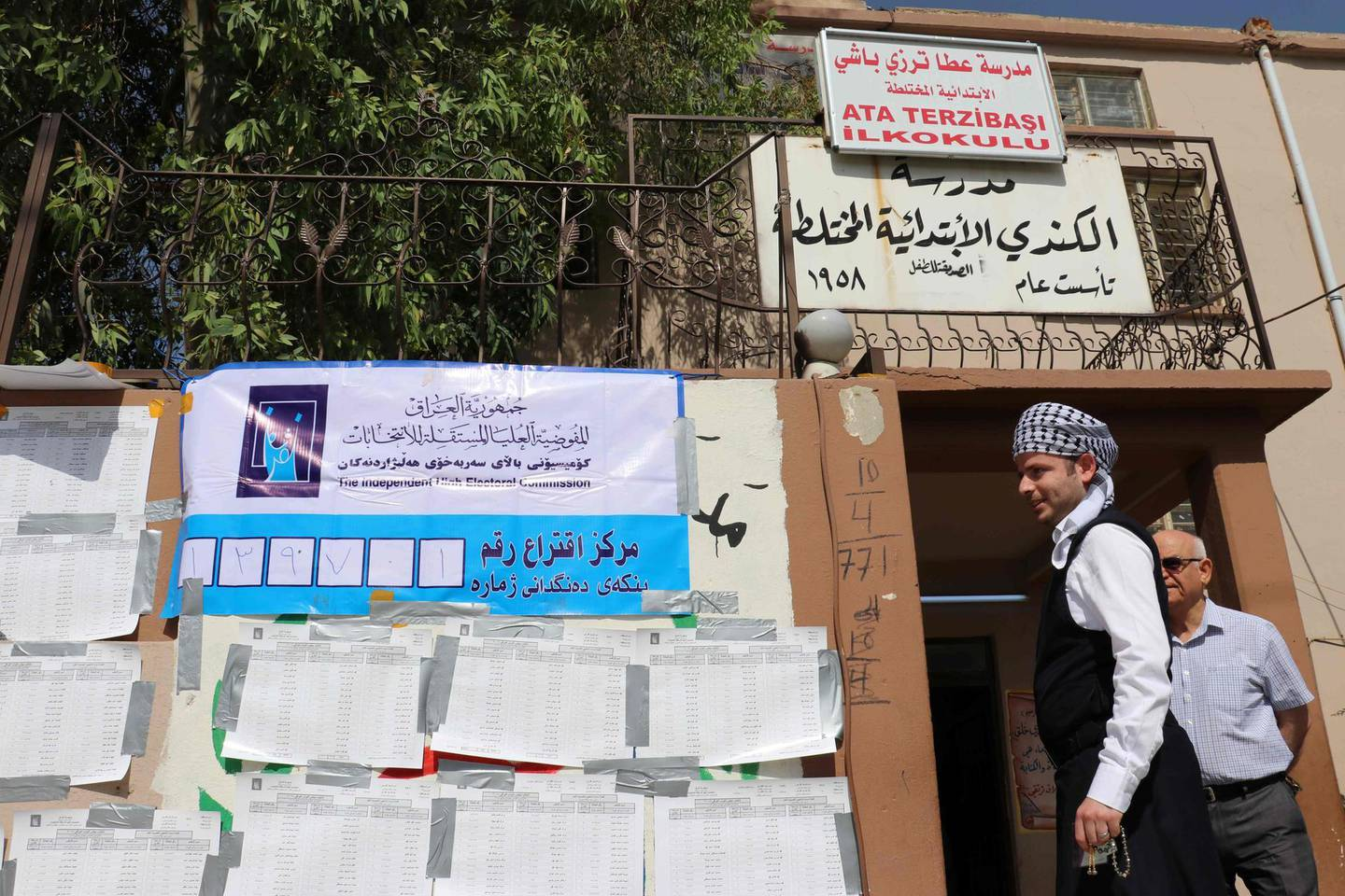 An Iraqi man walks outside a poll station in the northern multi-ethnic city of Kirkuk on May 12, 2018, as the country votes in the first parliamentary election since declaring victory over the Islamic State (IS) group. Polling stations opened at 7:00 am for the roughly 24.5 million registered voters to cast their ballots across the conflict-scarred nation. / AFP / Marwan IBRAHIM