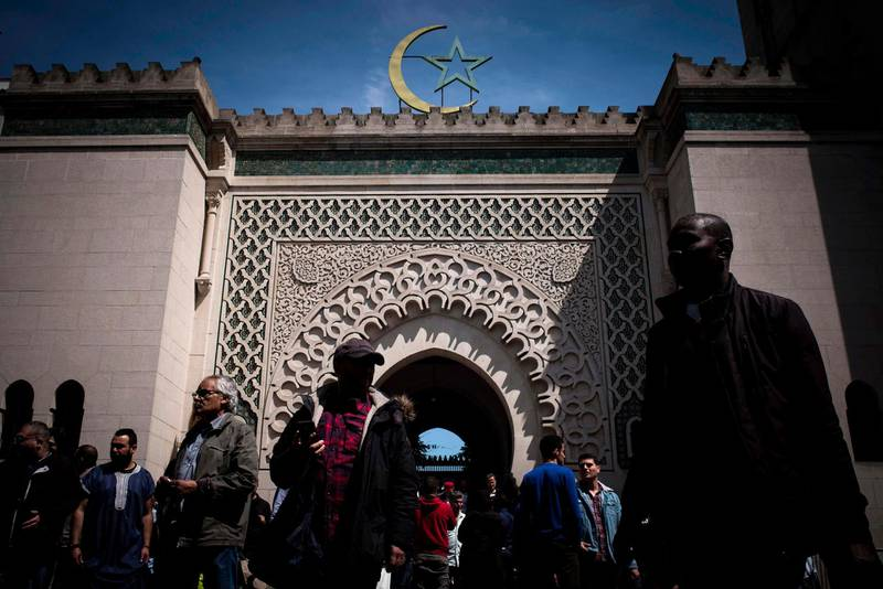 Muslims leave the Grande Mosquee de Paris (Great Mosque of Paris) in Paris on May 18, 2017 after the first Friday prayers of the holy month of Ramadan. / AFP / Philippe LOPEZ