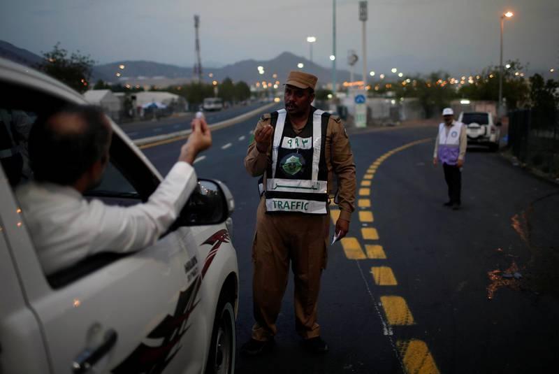 Saudi security control traffic on the first day of the annual Haj pilgrimage in Arafat, Saudi Arabia August 30, 2017.  REUTERS/Suhaib Salem