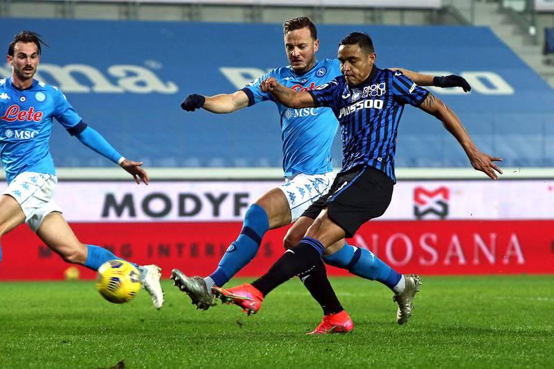 epa09028532 Atalanta's Luis Muriel (R) scores the 3-1 lead during the Italian Serie A soccer match between Atalanta BC and SSC Napoli in Bergamo, Italy, 21 February 2021.  EPA/PAOLO MAGNI