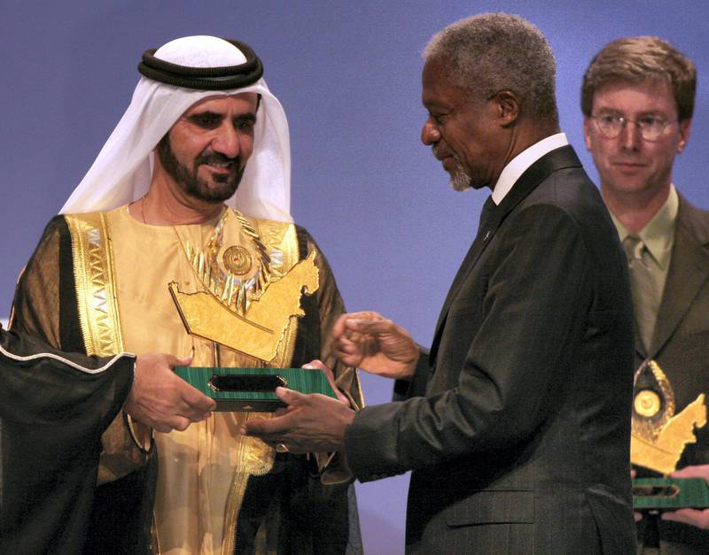 Vice President and Prime Minister of the UAE Sheikh Mohammed bin Rashid al-Maktoum (C) presents United Nations Secretary General Kofi Annan with the Zayed International Prize for the Environment in Dubai 06 February 2006.  AFP PHOTO/Nasser YUNES (Photo by NASSER YOUNES / AFP)