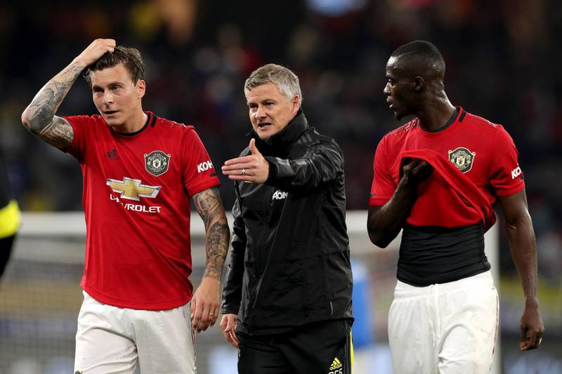 epa07722293 Manchester United Manager Ole Gunnar Solskjaer (centre) talks with Victor Lindelof (left) and Eric Bailly of Manchester United at half time during the Manchester United and Leeds United football match at Optus Stadium in Perth, Australia, 17 July 2019.  EPA/RICHARD WAINWRIGHT