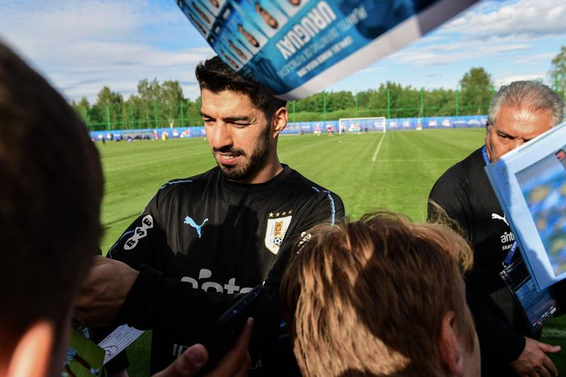 Uruguay's forward Luis Suarez signs autographs after taking part in a training session of Uruguay national football team ahead of the Russia 2018 World Cup at the Sport Centre Borsky, in Nizhny Novgorod on June 11, 2018. / AFP / MARTIN BERNETTI