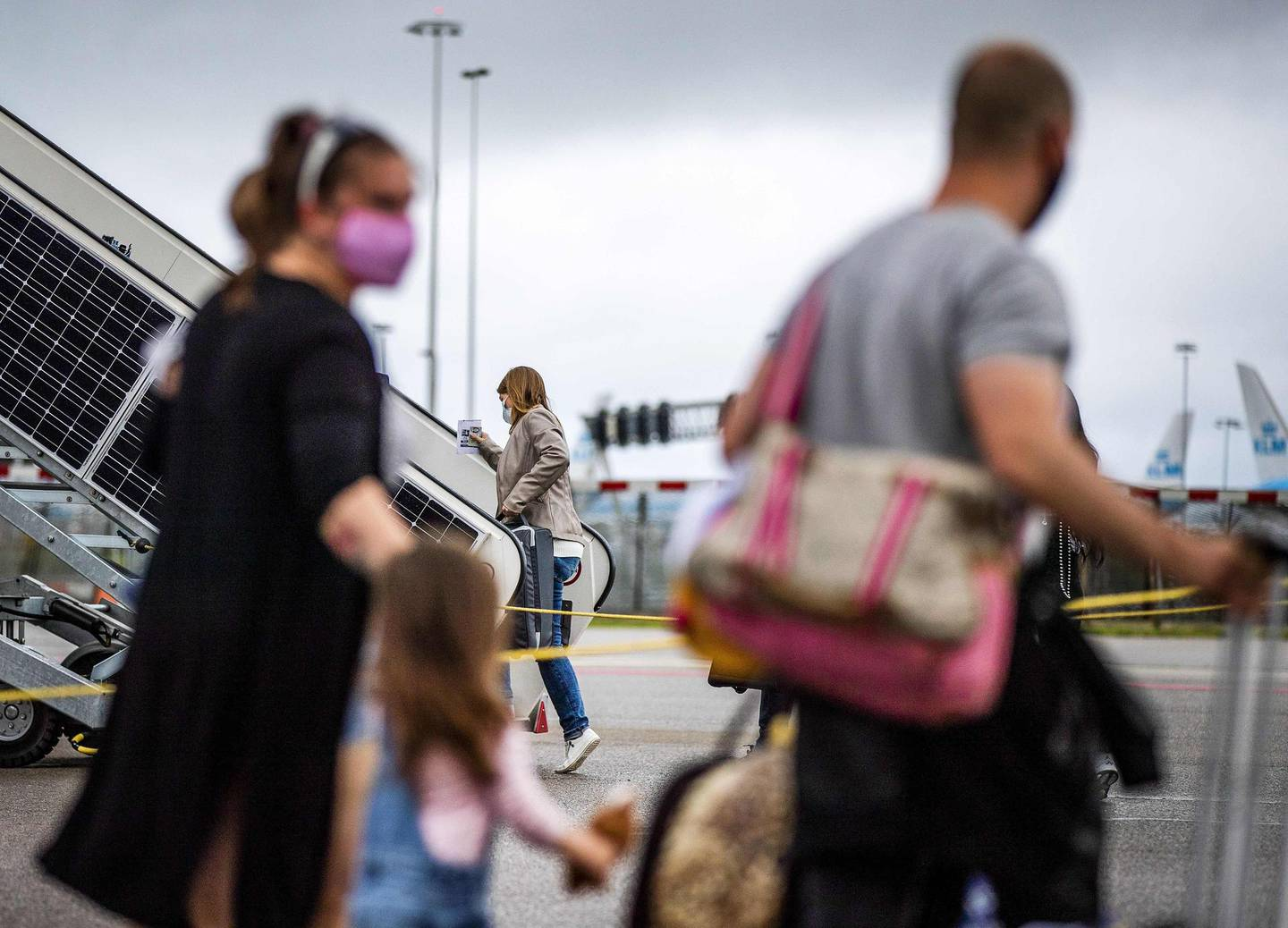 Passengers board on Easyjet airplane at the Amsterdam-Schiphol Airport, The Netherlands, on  July 1, 2020.  EasyJet airlines resume flights to and from Amsterdam-Schiphol Airport after a period of no flying due to the coronavirus. - Netherlands OUT  / AFP / ANP / Remko DE WAAL