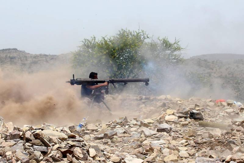 A Yemeni pro-government fighter fires a recoilless rocket launcher weapon as Saudi and Emirati supported forces take over Huthi bases on the frontline of Kirsh between the province of Taez and Lahj, southwestern Yemen, on July 1, 2018. The United Arab Emirates on Sunday announced it had halted the offensive it is backing against Huthi rebels in Yemen's port city of Hodeida to give a chance to UN diplomatic efforts.  / AFP / Saleh Al-OBEIDI