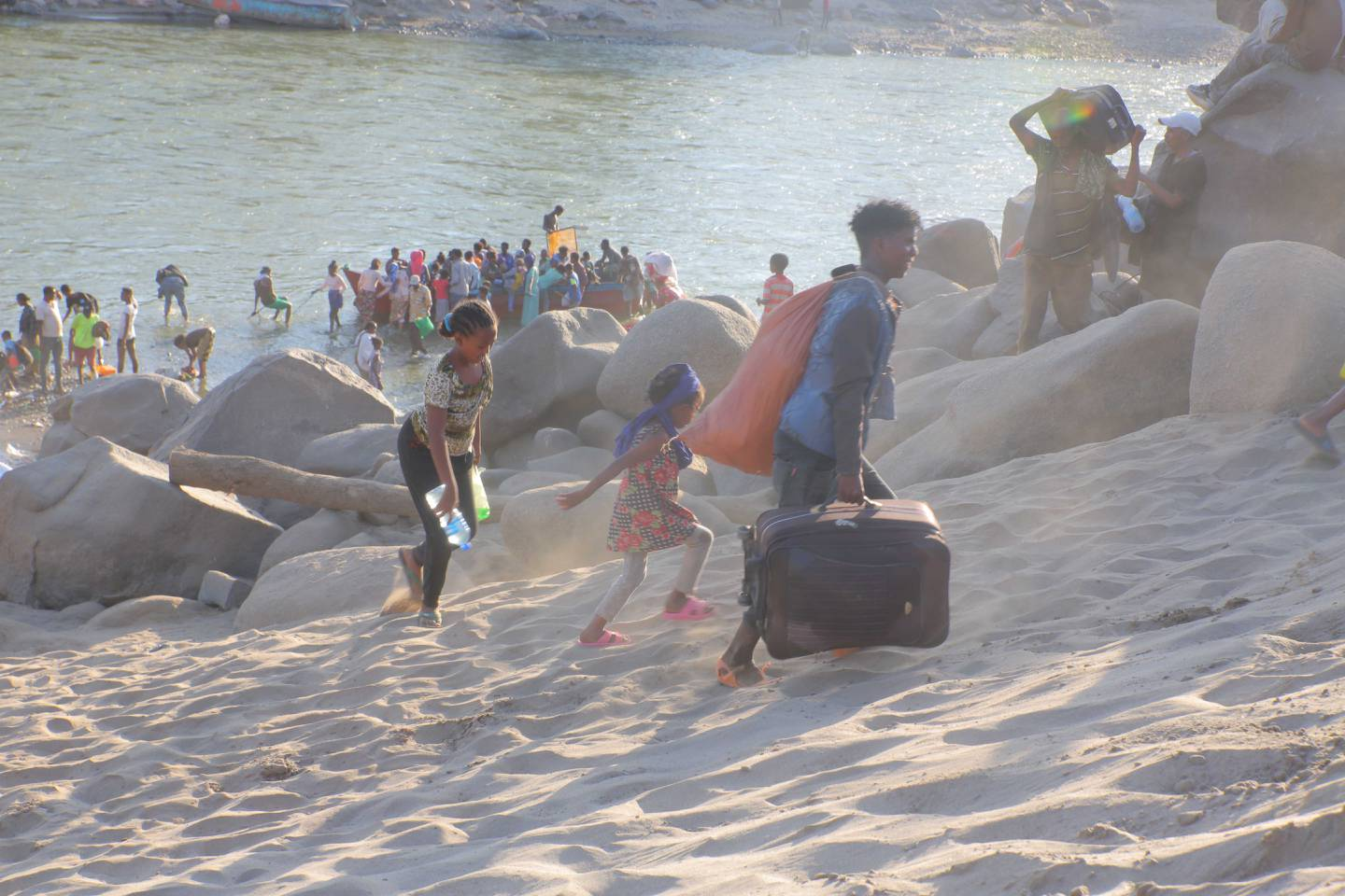 Ethiopian refugees fleeing clashes in the Tigray region, cross the border into Hamdayet, Sudan and navigate the Tekeze river. Courtesy UNHCR