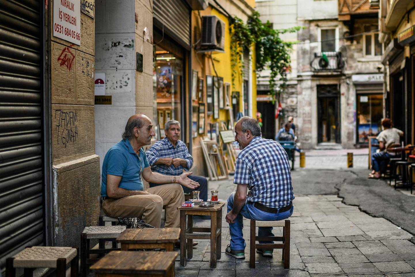 Men chat as they drink tea on June 22, 2018 in Istanbul. - Turkey is preparing for tight presidential and parliamentary elections due on June 24, while many analysts say President Erdogan wants a major foreign policy success to give him a final boost. (Photo by Aris MESSINIS / AFP)