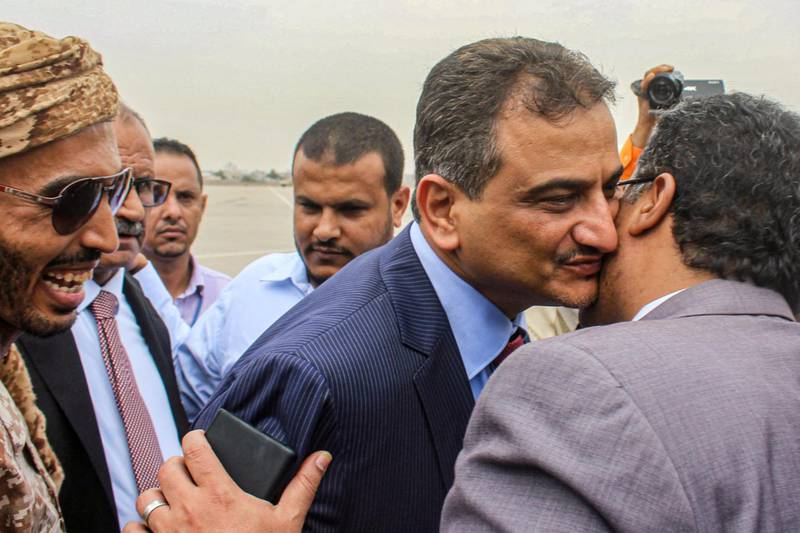 Ahmed Hamed Lamlas (C), the new governor of Aden, embraces a man at Aden International Airport in the southern Yemeni city on August 27, 2020. Yemen's southern separatists said on August 26 they had withdrawn from talks over a Saudi-sponsored power-sharing deal with the internationally recognised government, in the latest setback for the troubled process. The plan called for the Yemeni prime minister to form a new government within 30 days, as well as the appointment of a new governor and security director for the second city Aden, where the government is now based. / AFP / Saleh Al-OBEIDI