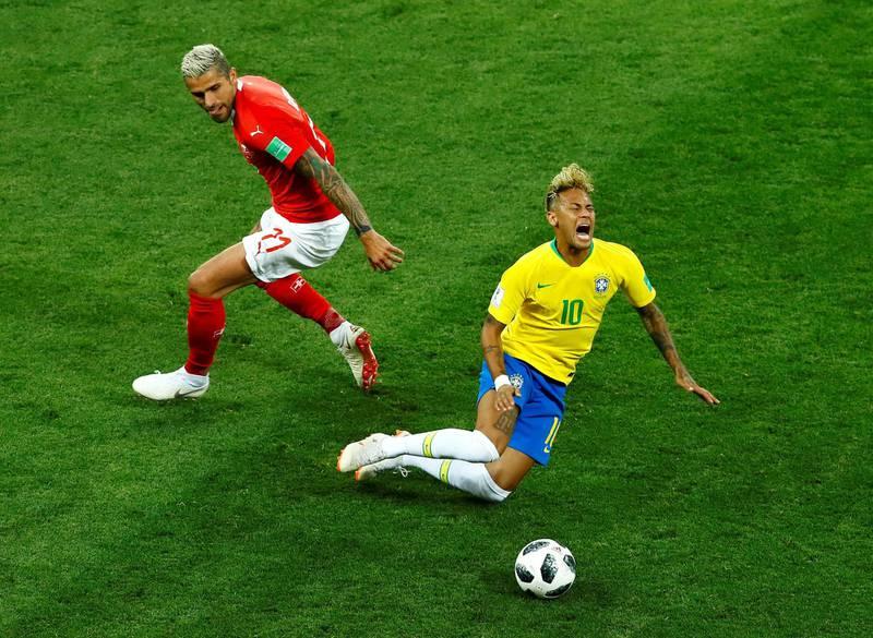 Soccer Football - World Cup - Group E - Brazil vs Switzerland - Rostov Arena, Rostov-on-Don, Russia - June 17, 2018   Switzerland's Valon Behrami in action with Brazil's Neymar    REUTERS/Jason Cairnduff