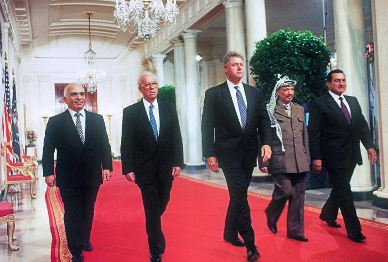 US President Bill Clinton (C), Israeli Prime Minister Yitzhak Rabin (2nd-L), PLO Chairman Yasser Arafat (2nd-R), King Hussein I of Jordan (L)and Egyptian President Hosni Mubarak (R) arrive for the signing ceremony of a Palestinian autonomy accord in the West Bank, at the white House in Washington, DC, 28 September 1995. (Photo by LUKE FRAZZA / AFP)