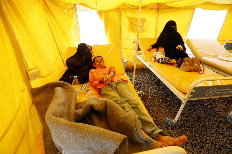 epa06104036 Cholera-infected Yemeni children receive treatment amid an acute cholera outbreak, inside a makeshift tent at a hospital in Sana'a, Yemen, 22 July 2017. According to the World Health Organization, an acute cholera outbreak in conflict-affected Yemen has claimed the lives of at least 368,207 suspected cases and 1,828 deaths in just three months since the outbreak started, confirming children under 15 years of age represent 41 percent of all suspected cases.  EPA/YAHYA ARHAB