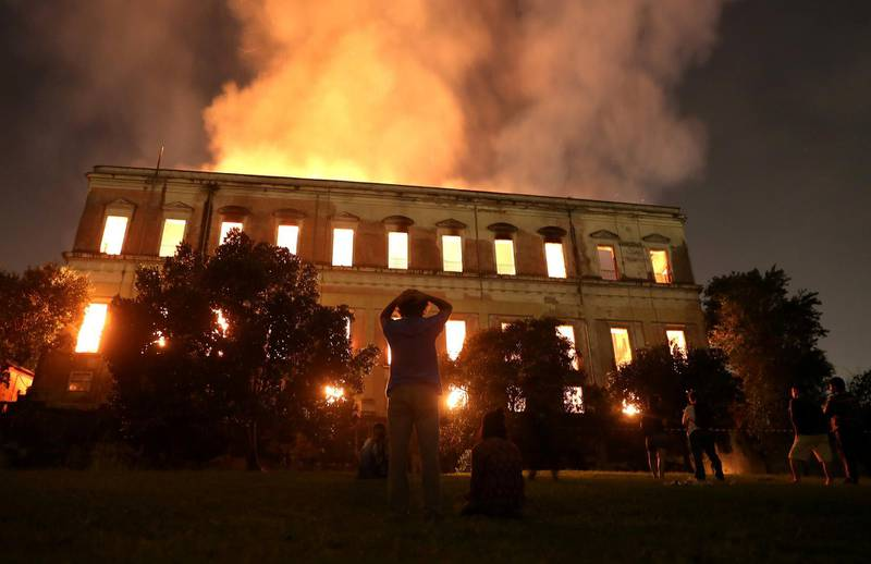 People watch as a fire burns at the National Museum of Brazil in Rio de Janeiro, Brazil September 2, 2018. REUTERS/Ricardo Moraes      TPX IMAGES OF THE DAY