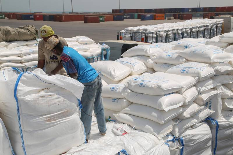 Yemenis receive sacks of food aid packages from the World Food Programme (WFP) in the Yemeni port city of Hodeida on June 25, 2019. - The escalation of attacks by Iran-aligned Huthi rebels on Saudi cities threatens a hard-won UN-sponsored ceasefire deal for the Red Sea port city of Hodeida, war-ravaged Yemen's main conduit for humanitarian aid. (Photo by - / AFP)
