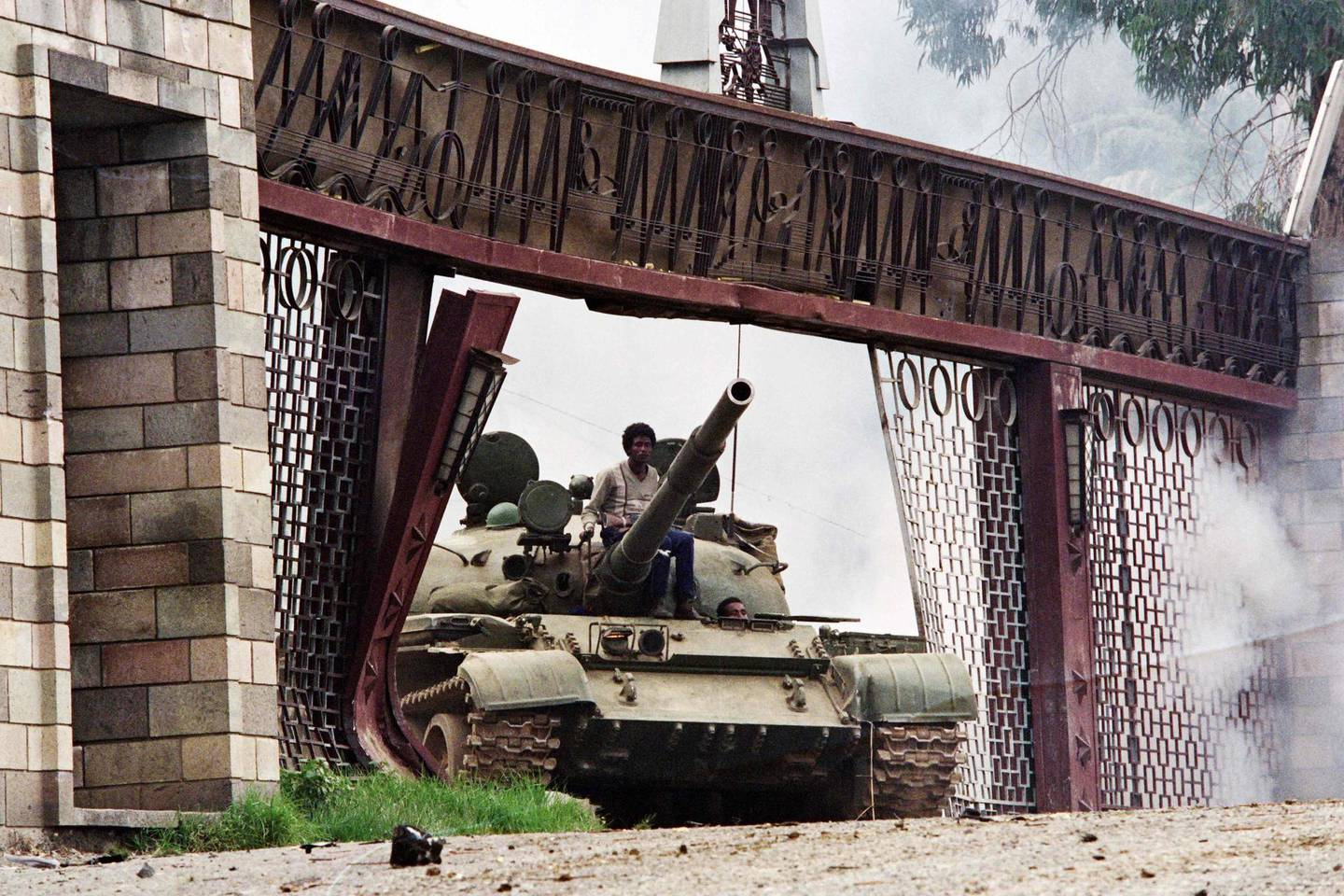 (FILES) In this file photo taken on May 28, 1991 rebels of the Ethiopian People's Revolutionary Democratic Front (EPRDF) use a tank to enter in the presidential palace in Addis Ababa.  Spearhead in the fight against the Derg dictatorship, then a real power in Ethiopia for a long time, the Tigray People's Liberation Front (TPLF), which the Ethiopian army fights in its northern stronghold of Tigray, has shaped recent history of the country. / AFP / Jerome DELAY