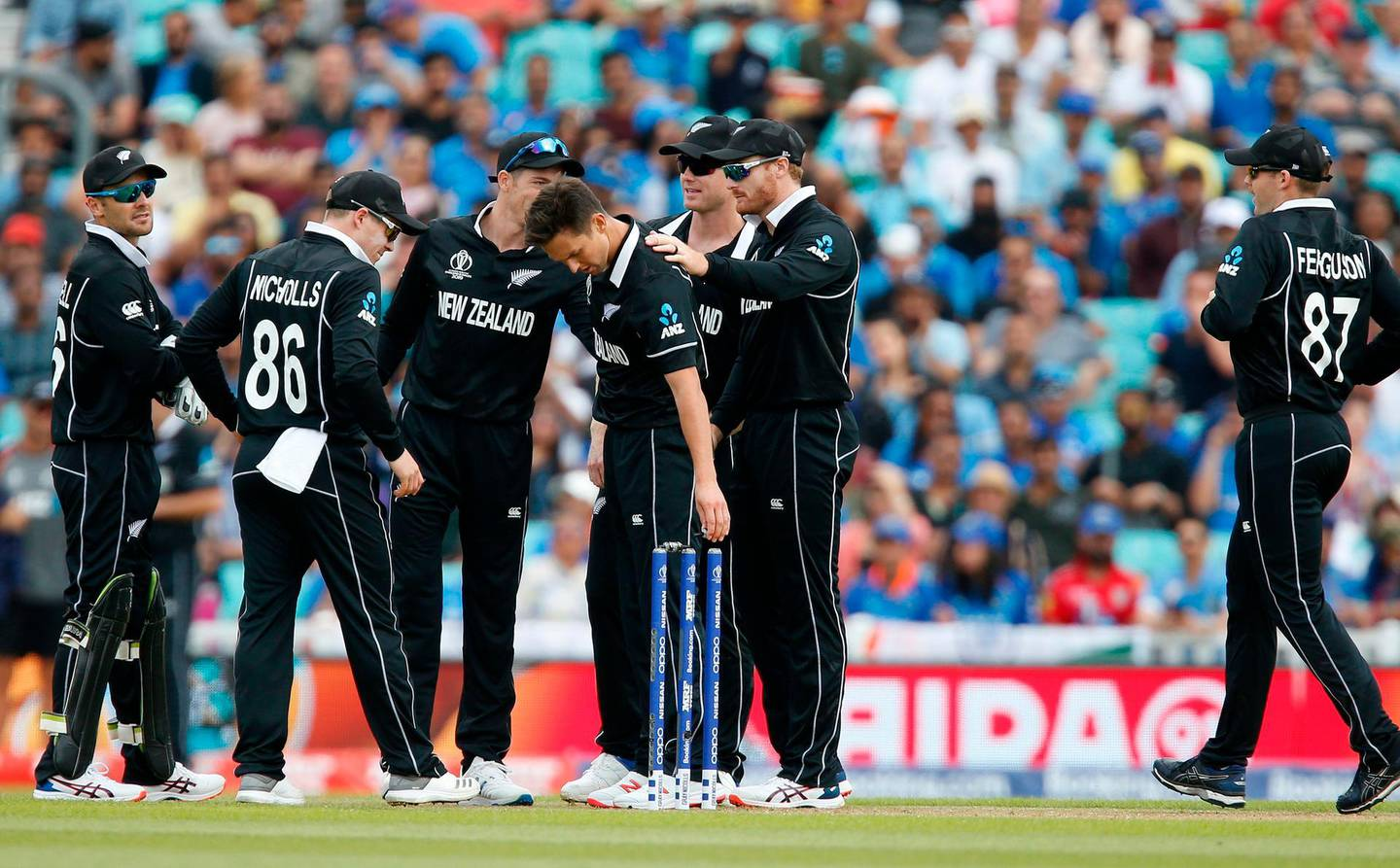 New Zealand's Trent Boult (C) celebrates bowling India's KL Rahul for 6 runsduring the 2019 Cricket World Cup warm up match between India and New Zealand at The Oval in London on May 25, 2019. / AFP / Ian KINGTON