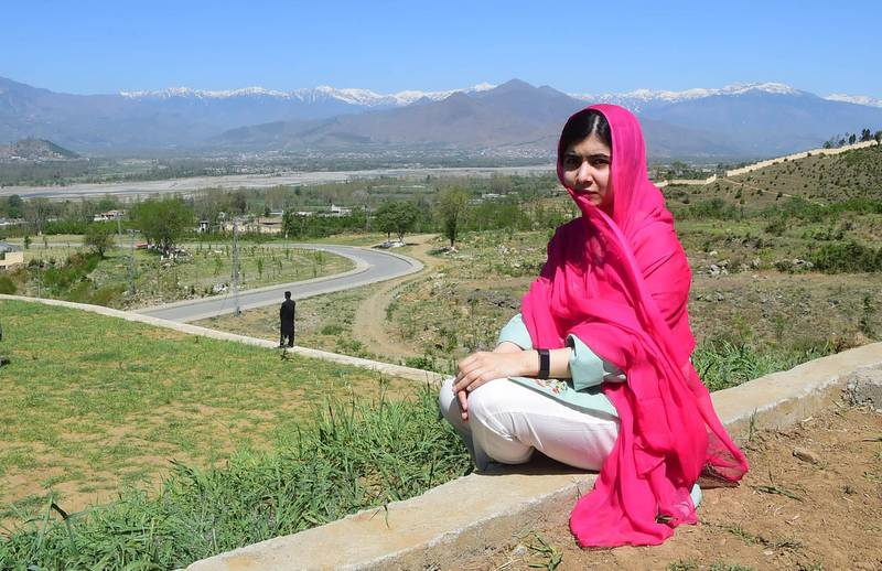 TOPSHOT - Pakistani activist and Nobel Peace Prize laureate Malala Yousafzai poses for a photograph at all-boys Swat Cadet College Guli Bagh, during her hometown visit, some 15 kilometres outside of Mingora, on March 31, 2018. Malala Yousafzai landed in the Swat valley on March 31 for her first visit back to the once militant-infested Pakistani region where she was shot in the head by the Taliban more than five years ago. / AFP PHOTO / ABDUL MAJEED