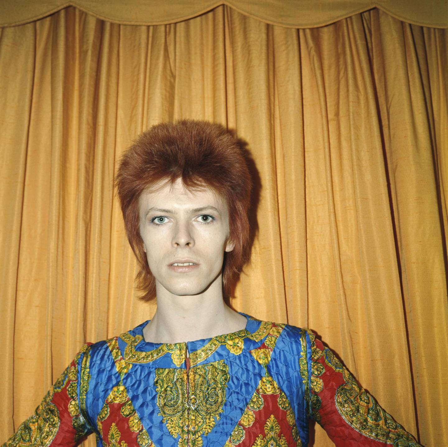 NEW YORK - 1973: Rock and roll musician David Bowie poses for a portrait dressed as 'Ziggy Stardust' in a hotel room in 1973 in New York City, New York. (Photo by Michael Ochs Archives/Getty Images)  *** Local Caption ***  al12ja-david-bowie08.jpg