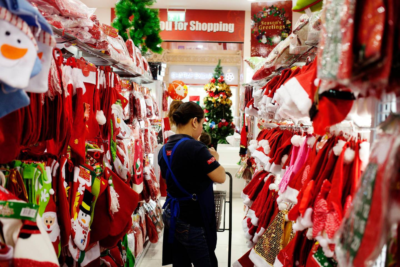 Dubai, December 13.12.14 Christmas shopping at Ibn Battuta mall Friday evening, Anna Nielsen for The National *** Local Caption ***  Anna_Nielsen Ibn Battuta mall14.JPG