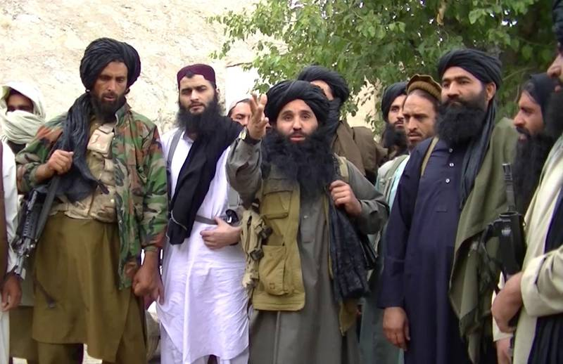 epa06810054 (FILE) - An undated handout video grab file taken from footage released by the Tehrik-e-Taliban Pakistan (TTP) in 2014 shows its head Mullah Fazlullah (C) at an undisclosed location at the Pakistan-Afghan border. According to reports quoting the Afghan Defense Ministry on 15 June 2018, Mullah Fazalullah, militant leader of the TTP, was reportedly killed in a drone attack on 14 June 2018 in the border area of Marawera district, in Afghanistan's northeastern Kunar Province.  EPA/TTP HANDOUT -- BEST QUALITY AVAILABLE -- HANDOUT EDITORIAL USE ONLY/NO SALES *** Local Caption *** 51709301