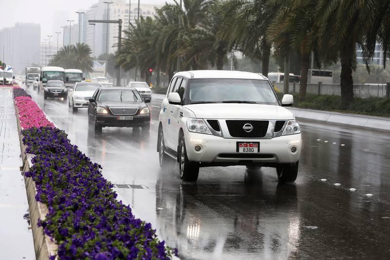 ABU DHABI , UNITED ARAB EMIRATES – Jan 3 , 2016 : Traffic during the rain in Abu Dhabi. ( Pawan Singh / The National ) For News. *** Local Caption ***  PS0301- WEATHER02.jpg