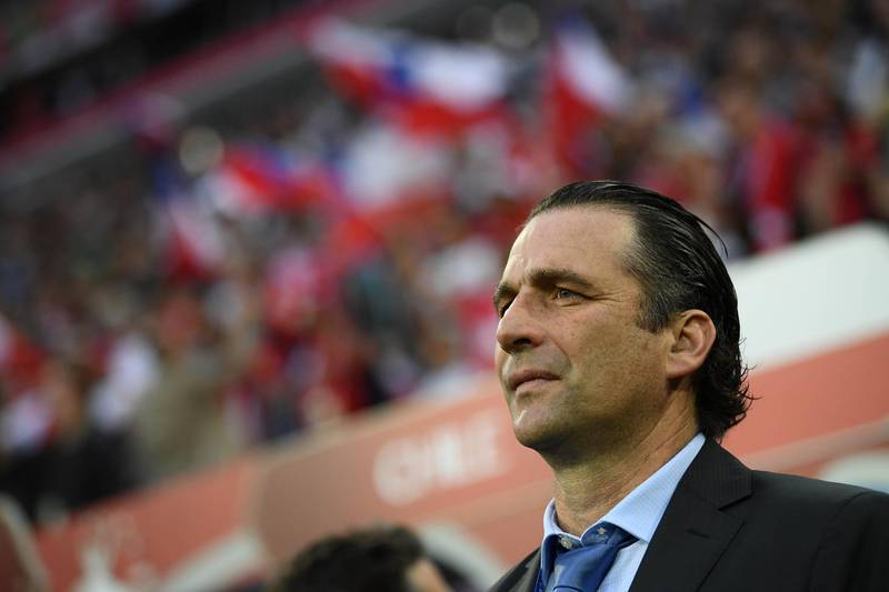 Chile's Spanish coach Juan Antonio Pizzi looks on during the start of the 2017 Confederations Cup final football match between Chile and Germany at the Saint Petersburg Stadium in Saint Petersburg on July 2, 2017. / AFP PHOTO / FRANCK FIFE
