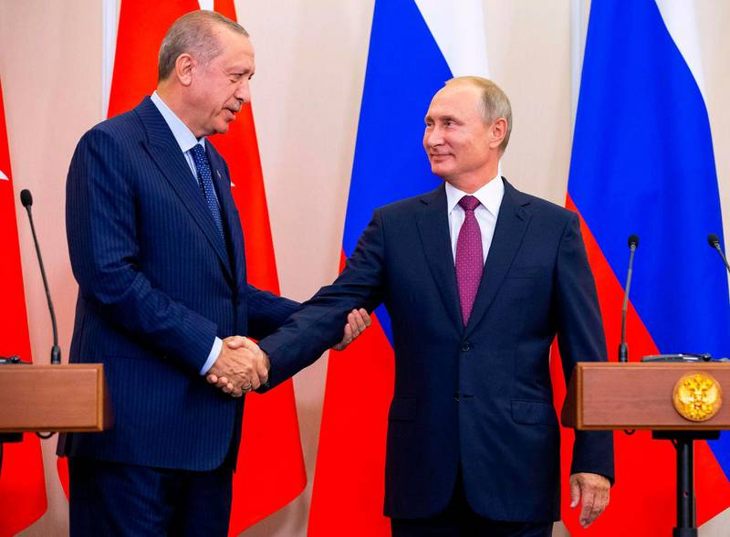 TOPSHOT - Russian President Vladimir Putin (R) shakes hands with Turkish President Recep Tayyip Erdogan after their joint press conference following the talks, in the Bocharov Ruchei residence in the Black Sea resort of Sochi in Sochi on September 17, 2018.  The leaders of the two countries that are on opposite sides of the conflict but key global allies will discuss the situation in Idlib at Putin's residence in the Black Sea resort city of Sochi. / AFP / SPUTNIK / Alexander Zemlianichenko